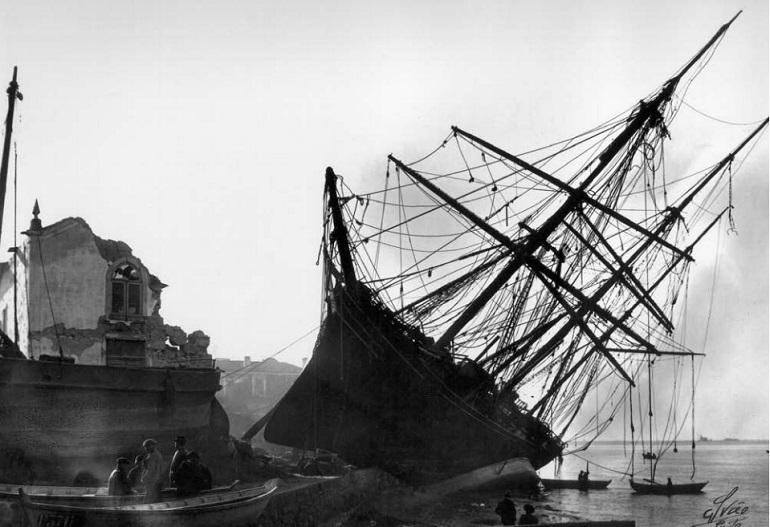 A barca AMERICA encalhada o cais da Afurada, onde embateu contra a capela de S. Pedro , Dezembro de 1909 (Fotografia Alvão, Porto fund.1901)