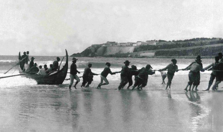 Al-arribaaa! Varando a embarcação de pesca artesanal a força de braço na praia de Sines (meados do século 20, D.R.)