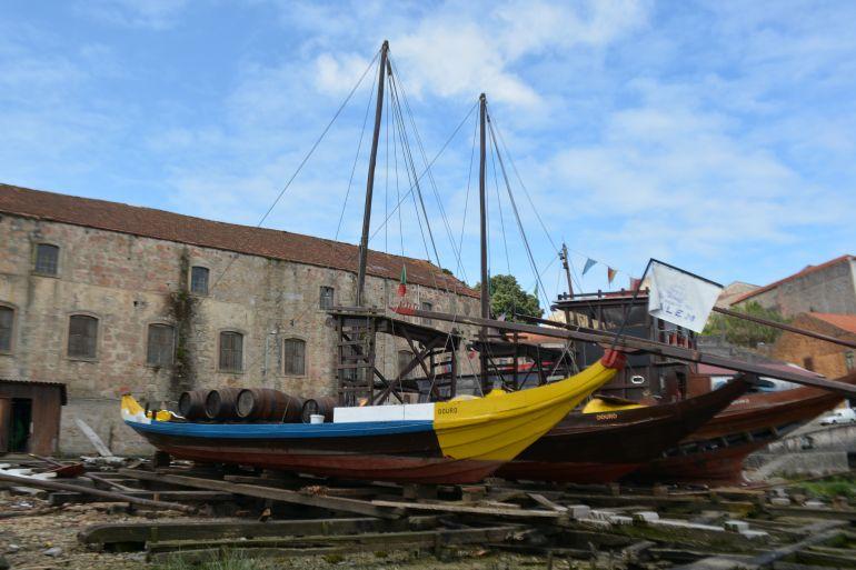 Barcos Rabelos, no estaleiro da Socrenaval. Ao fundo o edifício do Convento ( imagem Fernando Paiva Leal)