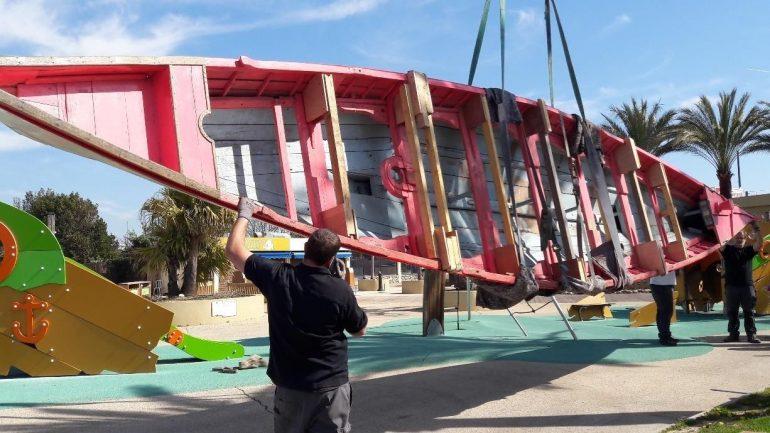 O bote em França, na complexa operação de retirada das instalações do museu, em Novembro 2017 (D.R.)