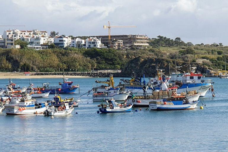 Embarcações fundeadas na bacia do porto de pesca de Sines (imagem João Gonçalves)