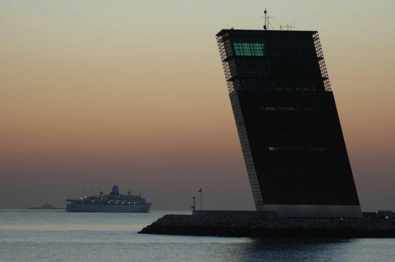 A torre do Centro de Controlo de Tráfego Marítimo do Porto de Lisboa, em Algés, é um edifício com 38 metros de altura, Inaugurada em 2001, foi construída segundo o projeto do arquiteto Gonçalo Byrne, estando dotada das mais avançadas tecnologias, uma transição digital que lhe permite orientar a navegação de embarcações até uma distância de 16,5 milhas marítimas. (imagem Luís Miguel Correia)