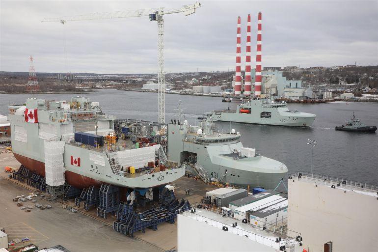 No dia 29 de janeiro de 2021, nos estaleiros Irving, em Halifax, vemos os três primeiros AOPV's, a começar em terra pelo megabloco do MAX BERNAYS, a cais, em acabamentos, o MARGARET BROOKE e a navegar o HARRY DEWOLF (imagem CAF)