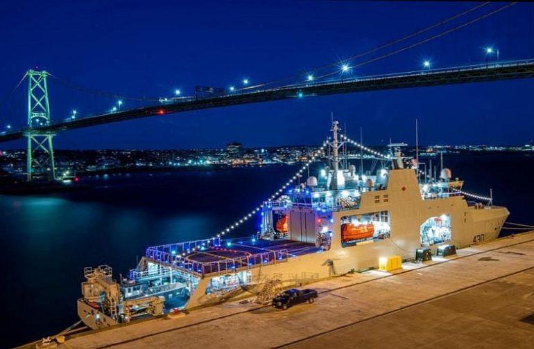 O AOPV 430, HMCS HARRY DEWOLF, atracado em Halifax, no dia 24 de dezembro de 2020, com a iluminação de gala pelas festas natalícias (imagem RCN/MRC)