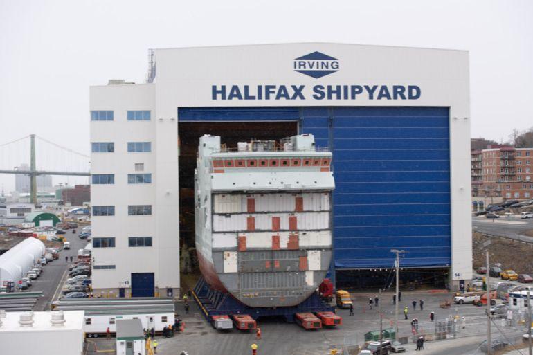 O bloco central do futuro AOPV 432 HMCS MAX BERNAYS, sendo movimentado para fora do hangar de construção dos estaleiros Irving, de Halifax (imagem CAF)