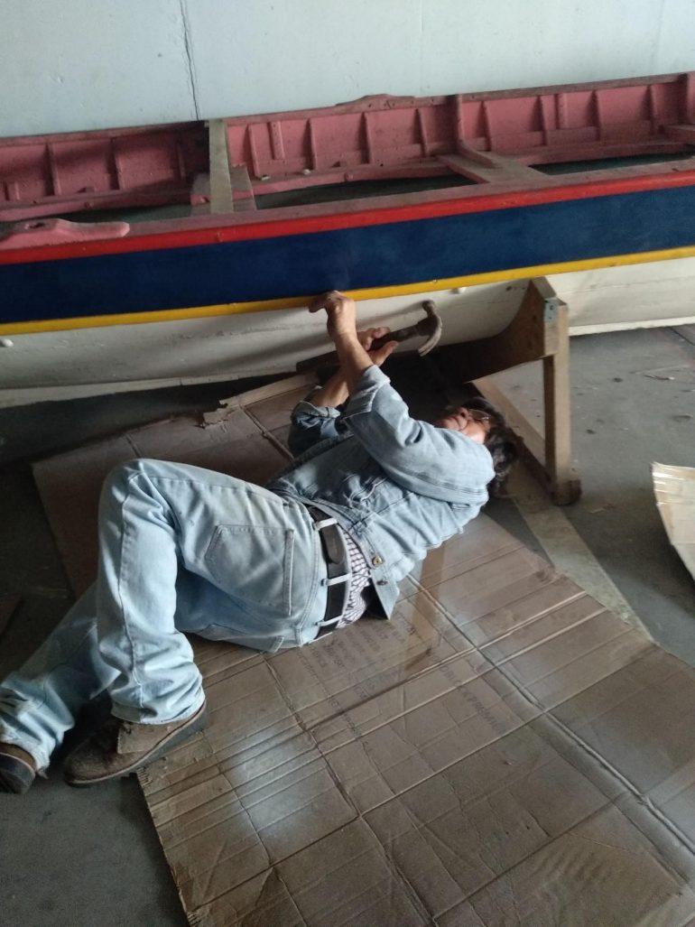 José de Melo, mestre carpinteiro naval vilafranquense. fazendo análise técnica das madeiras e da construção do bote (imagem ACBBA)