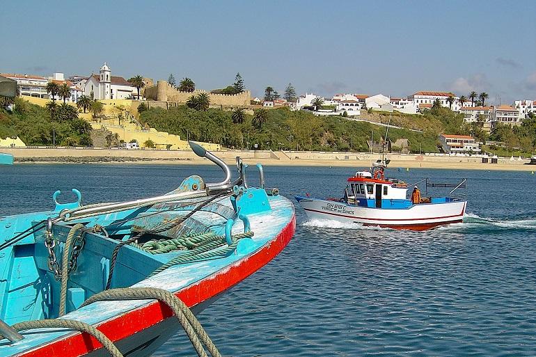 Entrando o porto de pesca de Sines (imagem Flickr - portuguese eyes Vitor Oliveira)