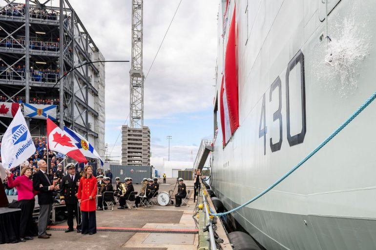 Seguindo a tradição, Sophie Gregoire Trudeau, foi a madrinha do HMCS HARRY DEWOLF partindo na amura de EB uma garrafa de vinho espumante da Nova Escócia (imagem Irving Shipyard, Halifax)