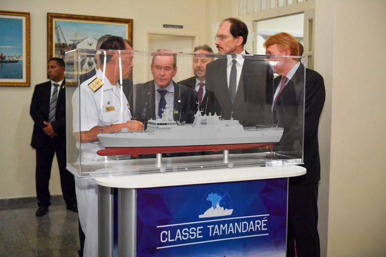 O AlmEsq Ilques Barbosa Junior junto dum modelo da Fragata TAMANDARÉ (imagem Governo do Brasil, SD Igor Soares)