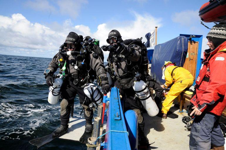 Armando Ribeiro e José Marques completamente equipados no momento do início do mergulho. (imagem In-Silence)