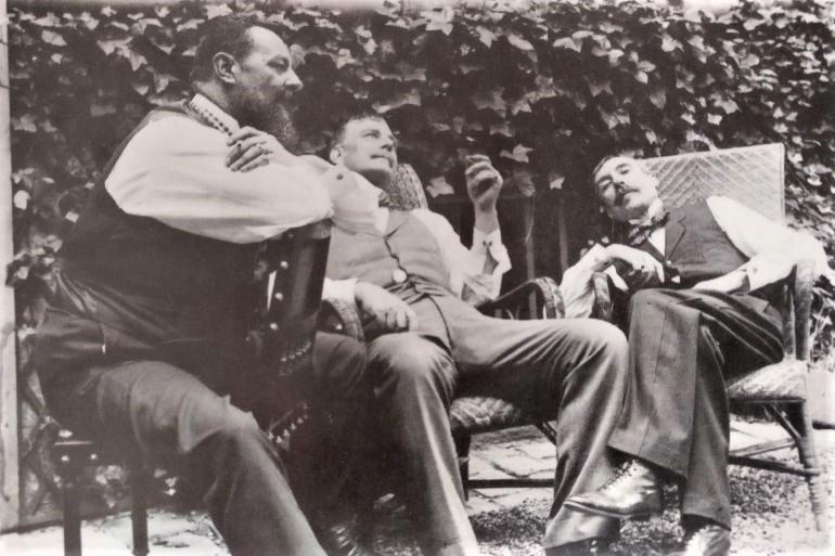 Eça de Queiroz com Tomás de Sousa Rosa e o Conde da Caparica no jardim do consulado em Neuilly