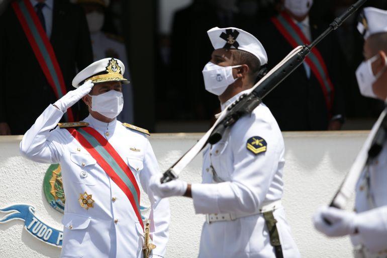 Militares do Grupamento de Fuzileiros Navais de Brasília desfilam perante o novo Comandante da Marinha do Brasil. (imagem MB)