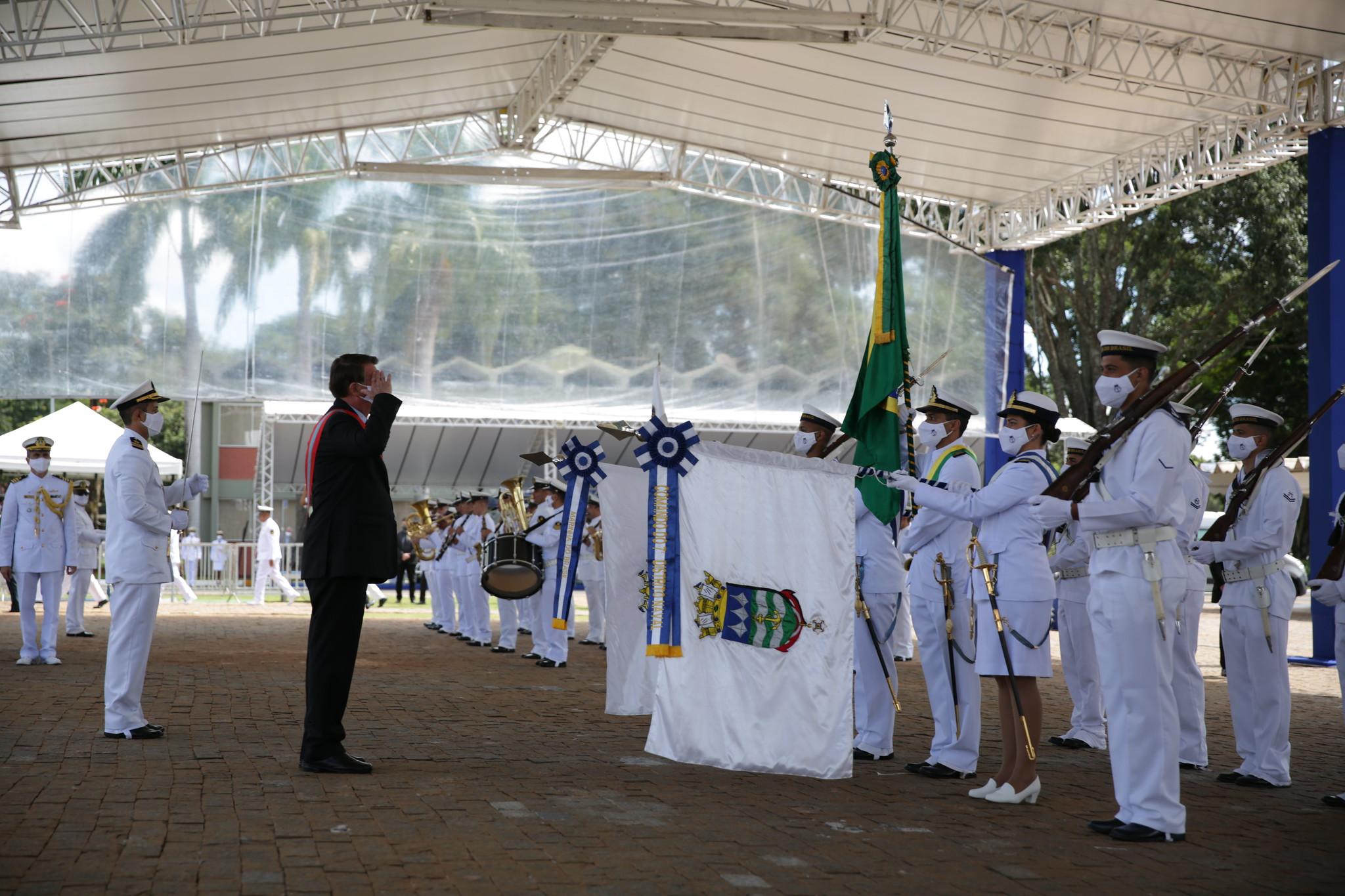 O Presidente do Brasil é cumprimentado pela guarda de honra, à chegada ao Grupamento de Fuzileiros Navais de Brasília. (imagem MB)