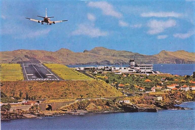 O aeroporto de Santa Cruz, Madeira, nos idos anos 70 do século 20 (bilhete postal da época)