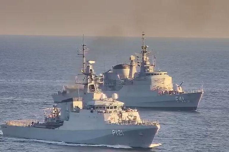 O moderno navio patrulha oceânico APA e fragata F DEFENSORA (imagem MB)