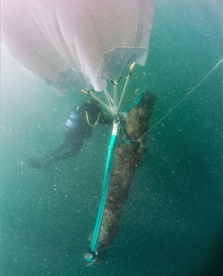 O balão à superfície que sustentava a peça ainda antes da tentativa de a içar para bordo da embarcação de apoio (imagem Augusto Salgado)