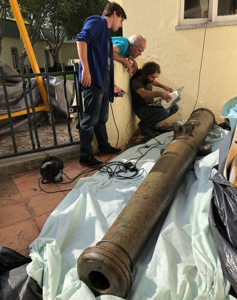 O momento em que a peça foi registada, após ter sido tratada no Museu do Mar, em Cascais (imagem Augusto Salgado)