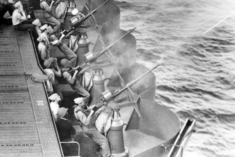 Artilheiros fazem fogo com peças Oerlikon de 20mm a bordo do porta-aviões USS ENTERPRISE (CV-6) em 1942. Foram estes homens que inspiraram o modelo da Abteilung 502 (U.S. Navy National Museum of Naval Aviation)
