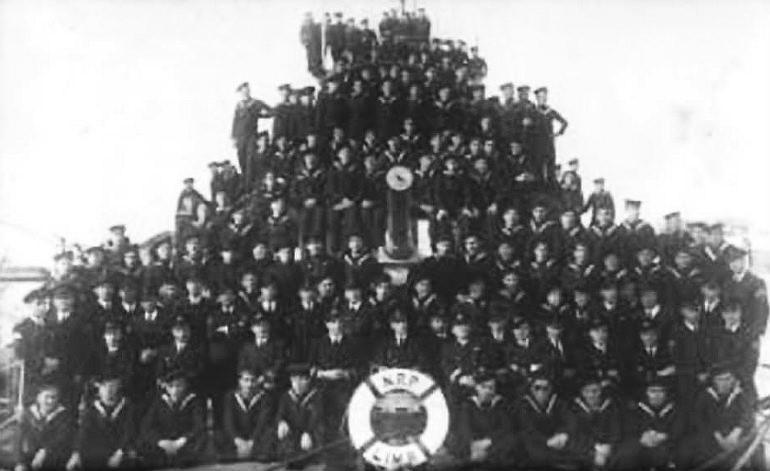 A guarnição do LIMA com o seu comandante Capitão-Tenente Sarmento Rodrigues