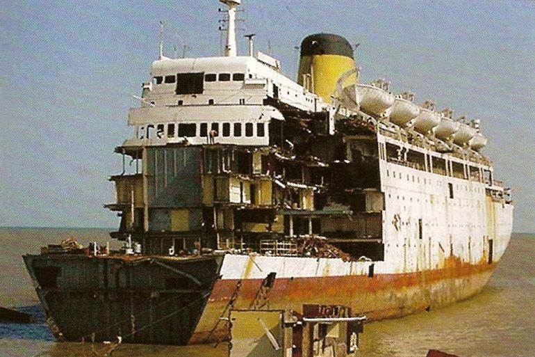 Em Alang, em 2001, sendo desmantelado como MARIANNA 9 (imagem retirada de http://faroefaro.blogspot.com/)