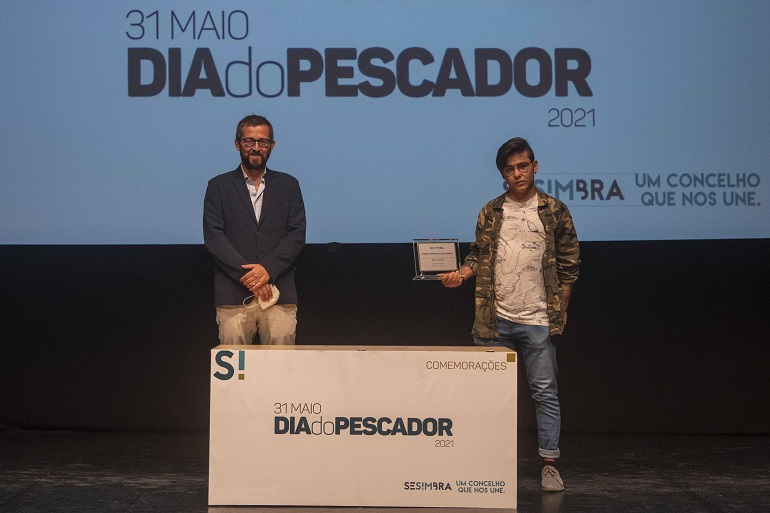 O Dr. Ricardo Medeiros, vogal do CA da APSS, entregou à Aiola JAIME E LUCINDA a placa assinalando a Distinção à Comunidade Piscatória Sesimbrense. (imagem CM de Sesimbra)