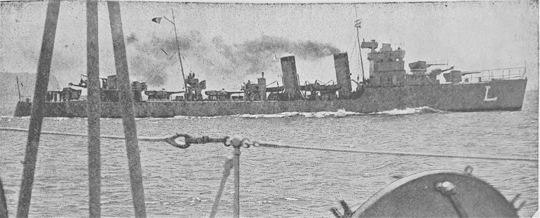 O contratorpedeiro LIMA em manobras, em 1938 (imagem Revista de Marinha, D.R.)