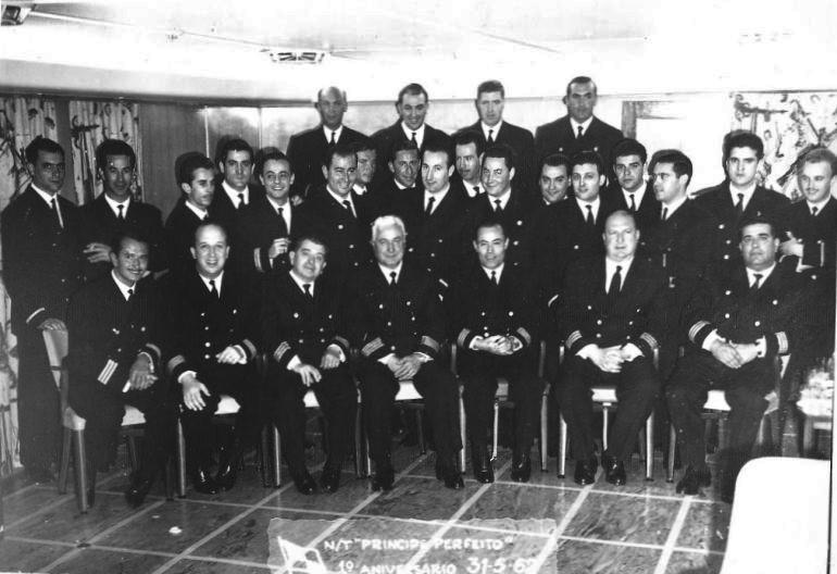 """No dia 31 de Maio de 1962, data do primeiro aniversário do navio, os oficiais juntaram-se numa """"foto de família"""". Ao centro comandante do navio, Capitão da MM José Cimas Barreiro. (imagem coleção Luís Miguel Correia, todos os direitos reservados)"""