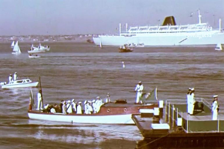 23 de Julho de 1964, o Presidente da República a desembarcar do PRÍNCIPE PERFEITO em Lourenço Marques. (fotograma do filme da Cinemateca Portuguesa)