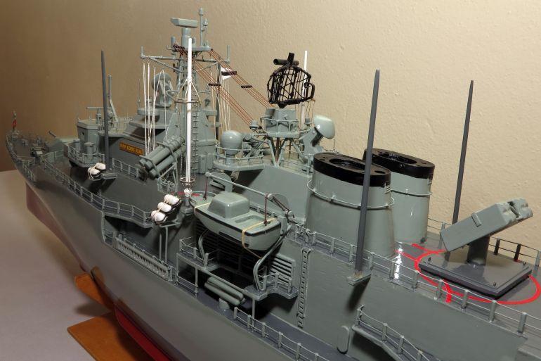 """Pormenor das superestruturas a meio navio, com as distintas chaminés em """"V"""" (imagem Fernando Martins)"""