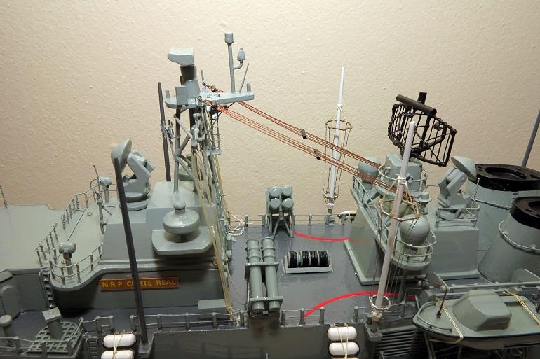 Pormenor das superestruturas a meio navio, vendo-se os principais radares e os dois reparos lança-mísseis Harpoon (imagem Fernando Martins)