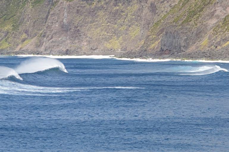 Rebentação na baía da Praia do Norte, Faial (imagem João Gonçalves)