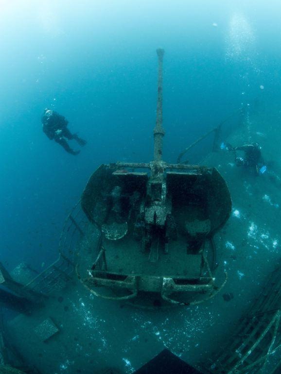 Vista superior de meio-navio a Estibordo, identificando-se uma das peças Bofors de 40mm e parte do parque do héli (imagem Augusto Salgado)