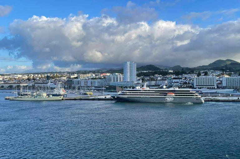No dia 1 junho chegou ao terminal das Portas do Mar, em Ponta Delgada. À sua proa estava a corveta NRP ANTÓNIO ENES (F471) (imagem André Velho Cabral)
