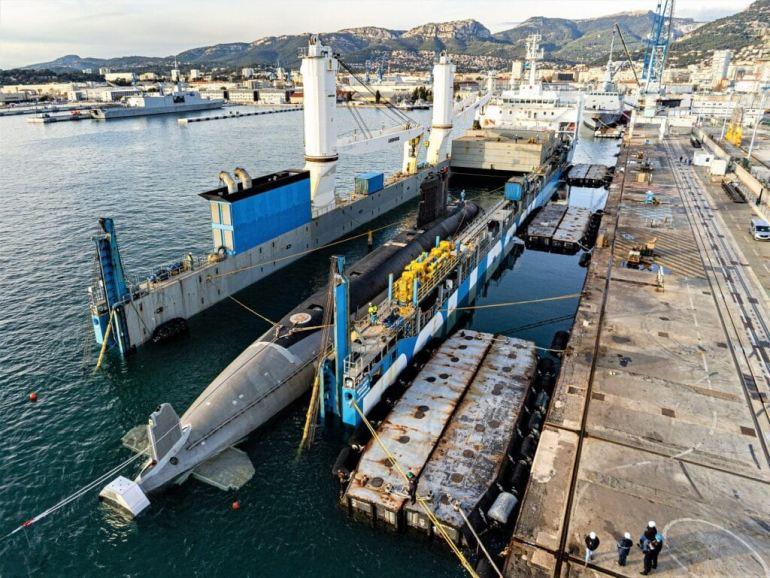 Na base de Toulon, procedeu-se à manobra de embarque do submarino PERLE no navio doca semisubmersível ROLLDOCK STORM (imagem Marine Nationale, Enzo Lemesle)