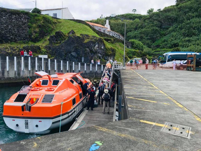 Ainda nas Lajes das Flores, ilhas portuguesas, os passageiros foram desembarcados em segurança, utilizando as embarcações especiais que o navio tem para esse efeito. (imagem de Filipe Gomes)