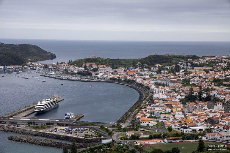 Vista do porto e cidade da Horta, ilha do Faial, com o WORLD EXPLORER atracado no dia 18 de junho