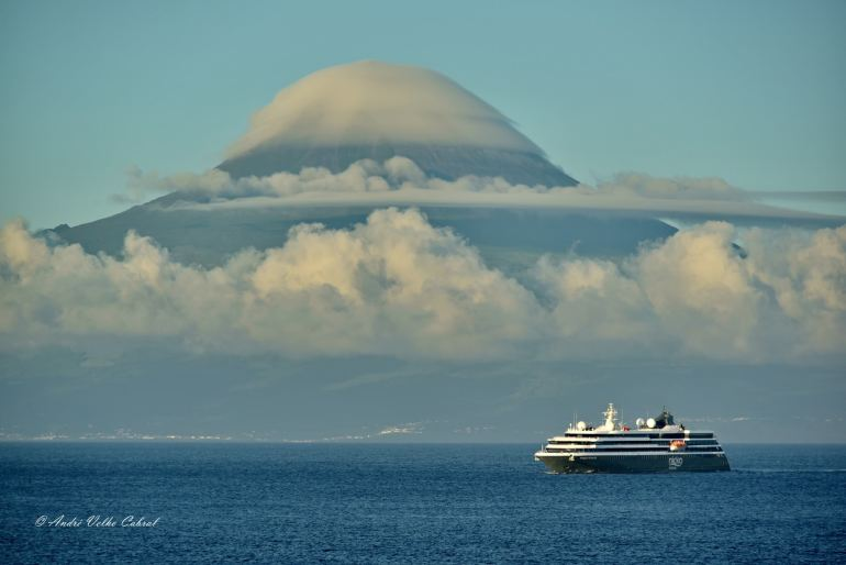"""No dia 20 junho o Pico amanheceu """"de chapéu"""", enquanto o WORLD VOYAGER se aproximava dos cais das Velas, na ilha de São Jorge. (imagem André Velho Cabral)"""