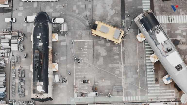 Vista de drone, da fase de reposicionamento das metades dos dois submarinos utilzando os movimentadores dos SNA classe SUFFREN (imagem Naval Group)
