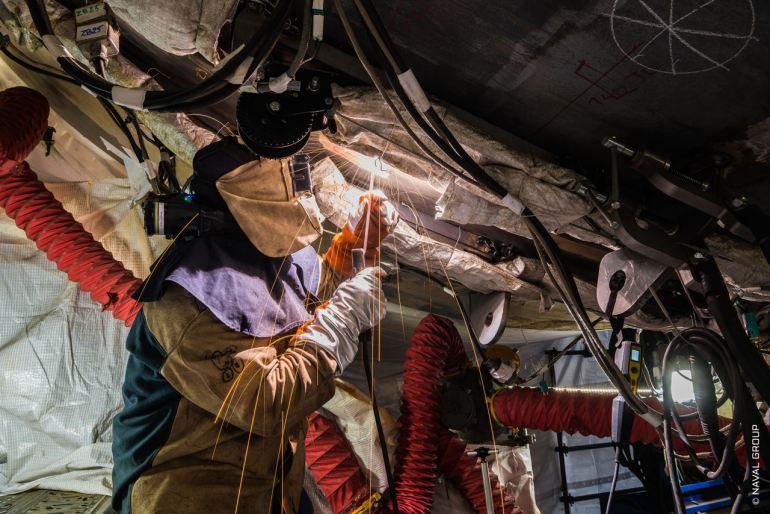 Para a soldadura dos dois semissubmarinos, 18 soldadores, trabalhando em turnos de 2x8 horas, revezando-se durante 5 dias (imagem Naval Group)