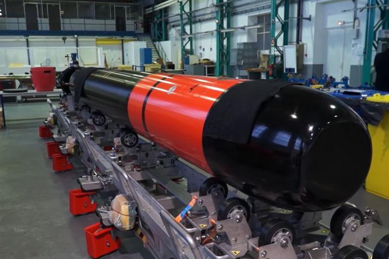 O moderno torpedo F21 do Naval Group tem um diâmetro padrão da OTAN (533 mm), um comprimento de 6 metros e pesa 1.550 kg. A sua velocidade é superior a 50 nós e o seu alcance de mais de 50 km (27 milhas náuticas). Opera numa profundidade de ataque operacional compreendida entre 10 e os 500 m. (imagem Navy Recognition)
