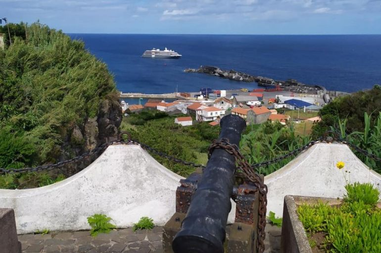 O navio fundeado ao largo do porto das Lajes das Flores, visto desde o Forte de Santo António, no dia 3 de junho (imagem Paolo Reis )