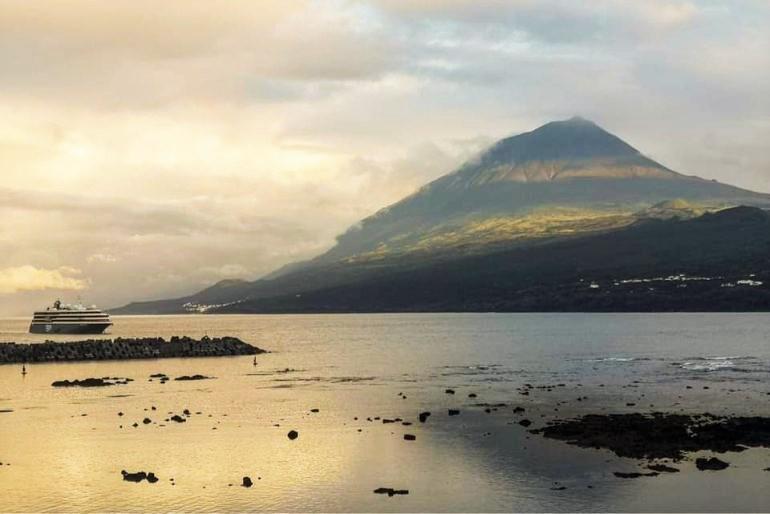 Um cenário idílico dado pela ilha montanha ao nascer do Sol do dia 5 de junho, e o navio em aproximação às Lajes do Pico (imagem de Nicolau Wallenstein)