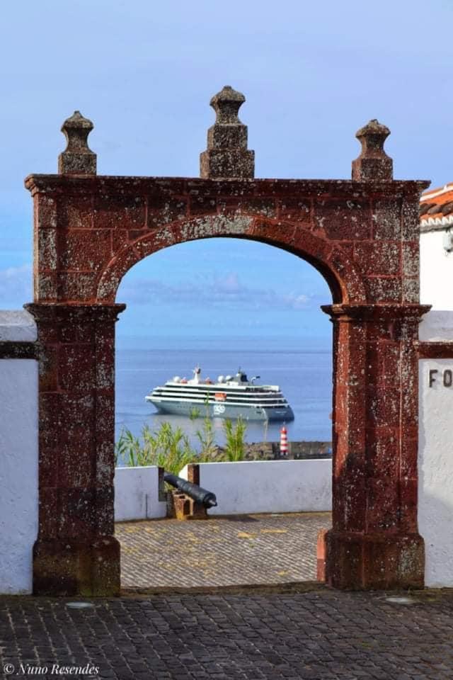 A porta do Forte de São Brás, em Vila do Porto, deu um bonito enquadramento para a escala do WORLD VOYAGER na ilha de Santa Maria, no dia 7 de junho (imagem Nuno Resendes)