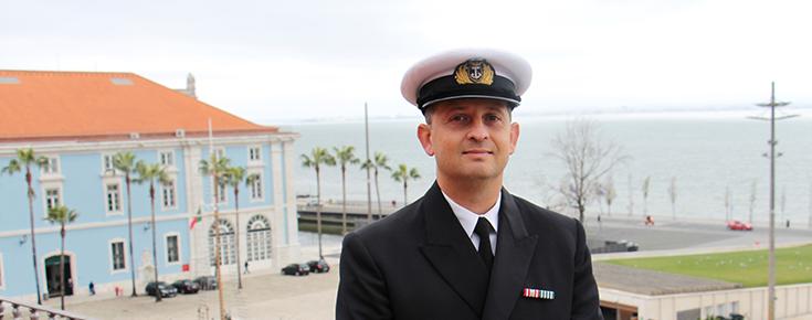 Rui Gonçalves Deus, junto ao Edifício do antigo Arsenal de Marinha de Lisboa, que hoje alberga o Estado Maior da Armada e outros organismos da Marinha de Guerra e da Autoridade Marítima Nacional. (imagem Rui Gonçalves Deus)