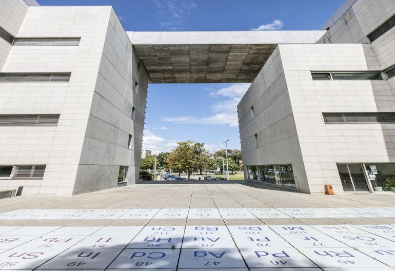 Campus da Faculdade de Ciências da Universidade de Lisboa - edifício C8 - Tabela Periódica (imagem Ciências ULisboa)