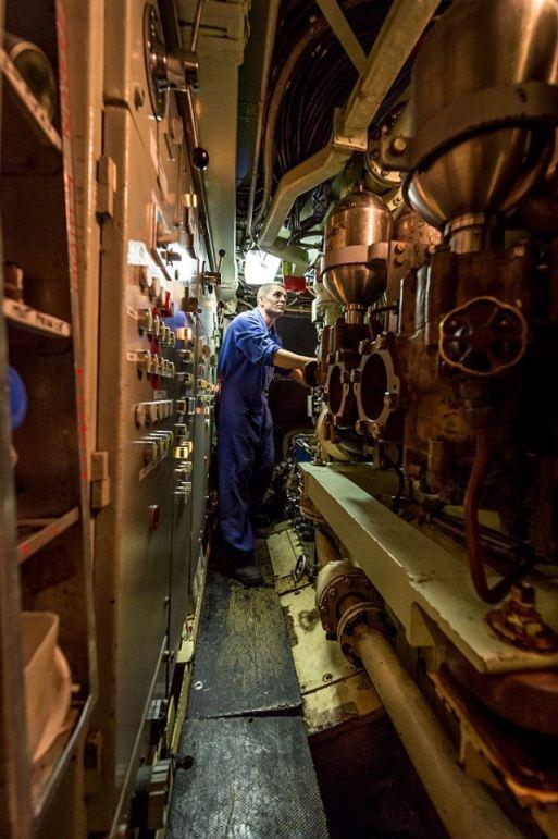 No compartimento dos Auxiliares, um marinheiro controla os vários equipamentos fundamentais ao funcionamento do submarino, desde os compressores de ar até aos sistemas de esgoto dos sanitários. (imagem Marine Nationale)