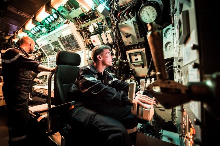 No Posto de Controlo, os marinheiros revesam-se em turnos (quartos) manobrando o navio. Um submarino é como um avião, movimenta-se nas três dimensões. (imagem Marine Nationale)