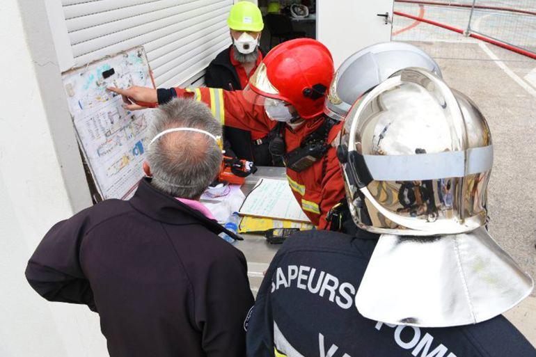O comando das operações de combate ao incêndio inteirando-se da planta do interior do PERLE (imagem Préfecture maritime)