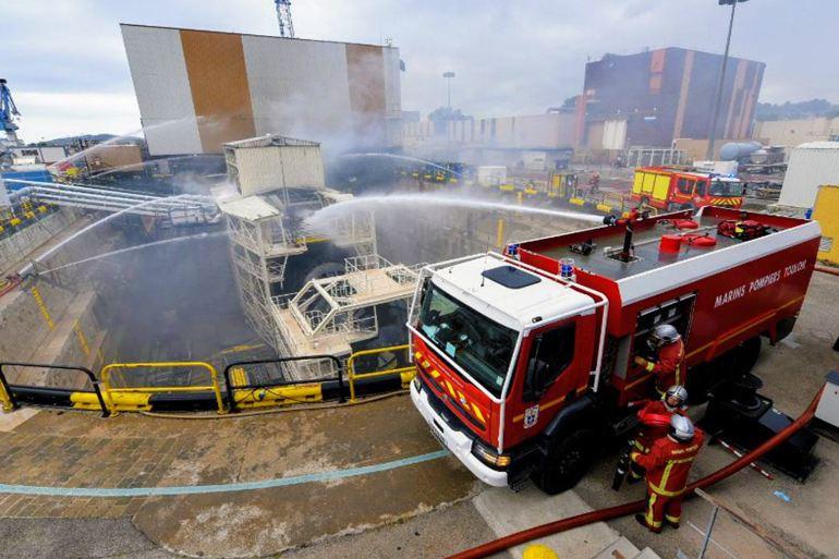 O combate ao incêndio no SNA PERLE contou com várias corporações de bombeiros e durou cerca de 14 horas. (imagem Préfecture maritime)