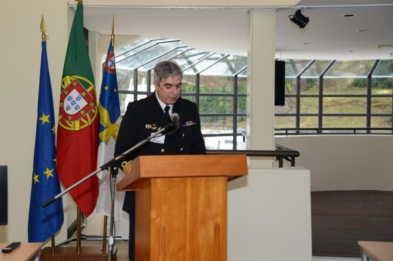 O coordenador do curso, CMG José Picoito, falando aos auditores na sessão de abertura. (imagem MDN)